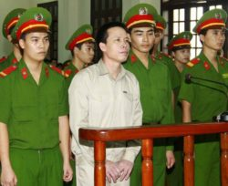 Doan Van Vuon (C) listens to his verdict at court in Hai Phong, April 5, 2013. (AFP)