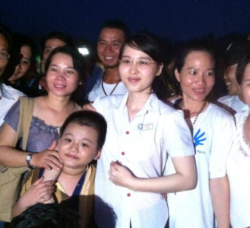 Uyên with her family and friends (Photo FB)