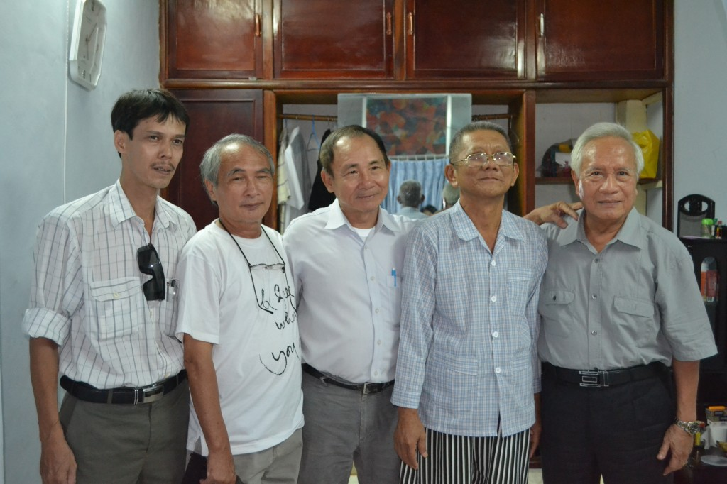 Mr Nguyen Huu Cau takes photograph with visitors