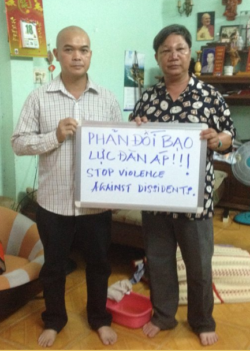 HR defender Dinh Quang Tuyen (right) and FPoC Pham Ba Hai (left)