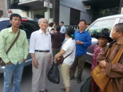 Mr. Giang and Hanoi-based activists at Vietcombanks branch in Thanh Xuan on Wednesday