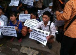 Villagers protest outside court in support of Vu Thi Hai, Hanoi, Sept. 28, 2015.