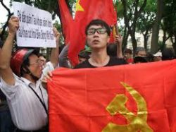 Young communist Do Minh Anh tries to stop patriotic gathering in Hanois center in Spring 2015