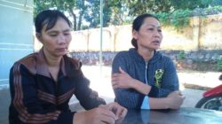 Mother (left) of the victim talked with reporter from Nguoi Lao Dong newspaper