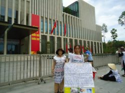 Vu Thi Hai and other land petitioners hold peaceful demonstration before the parliaments building on the day of arrest