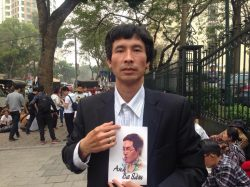 Mr. Ngo Duy Quyen in a peaceful demonstration to support blogger Nguyen Huu Vinh (Anh ba Sam)