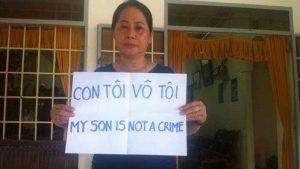 Mrs. Nguyen Thi Nen, mother of Nguyen Huu Quoc Duy, was not allowed to attend the trial of her son. Khanh Hoa police detained her on the trial day,