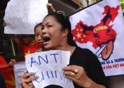Prominent Anti-China Protestor Hardly Escapes from Chasing Security Agents Prior to Xi's Visit